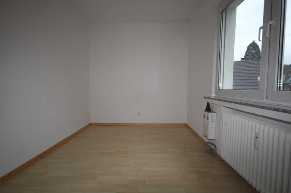 Vermietung Einer Attraktiv Geschnittenen 3 Zimmerwohnung Im 1. Obergeschoss  Mit Balkon Und Garage